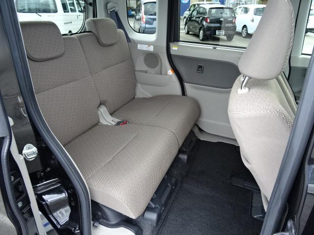 リヤシート足元の広さにビックリ!足元から頭上まで、かつてない広い空間で、後席に乗られる方をやさしく包み込みます☆