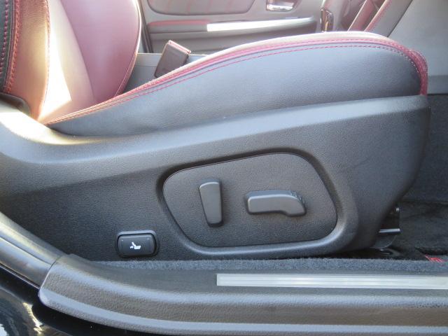 運転席は10WAY・助手席は8WAYの電動シートです。運転席は腰の当たり具合も調整可能なランバーサポート付き。