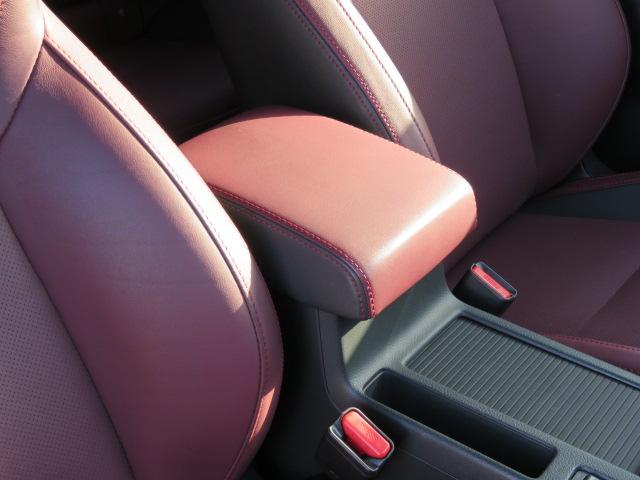 前後スライド可能なひじ置きはロングドライブもゆったり出来ます☆運転席の方は両手でしっかりハンドルを持って下さいね♪