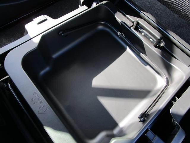 助手席の下には大きな収納BOXが隠れています。車検証入れや普段使わない物の収納に役立ちます。
