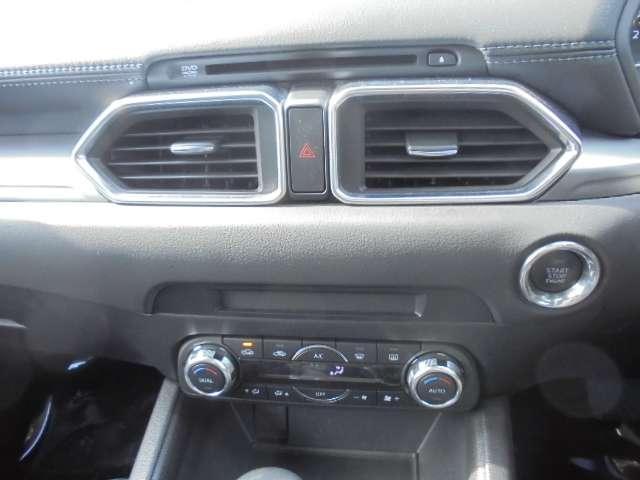 エアコンはオートエアコン。デュアル機能付きなので、助手席と運転席の温度を別々に調整できます。
