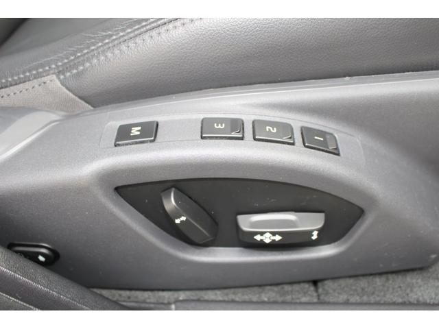 メモリー機能付電動シートです。3人分のシート位置とドアミラー角度を記憶できます。