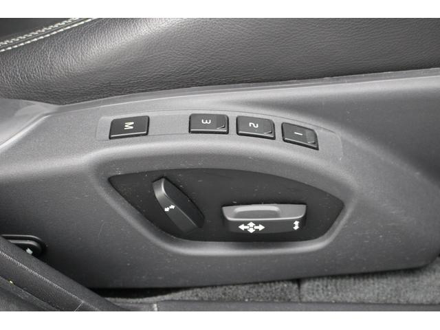 メモリー機能付電動シートです。3人分のシート位置を記憶できます。
