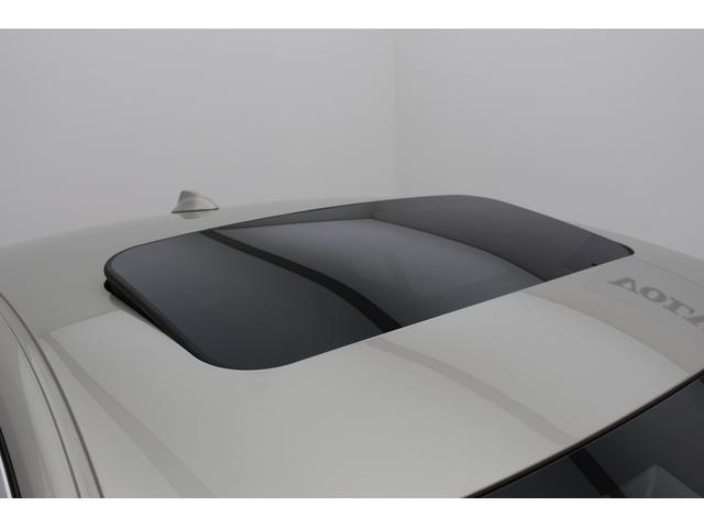サンルーフは車内も明るく華やかにしてくれます。また、車内の空気の入れ替えにも便利です。