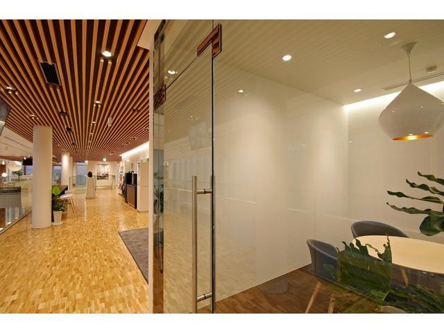 ガラス張りの商談ルームは1階に2か所、2階に1か所設置しています。