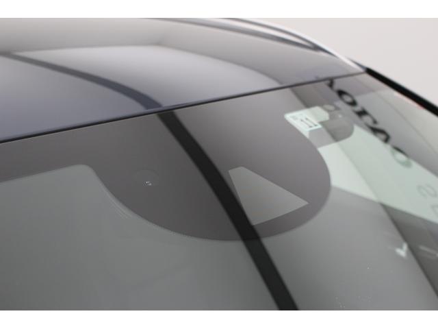 高性能カメラは、暗闇でも人、自転車、大型動物の姿を認識できるだけでなく、対向車のライトの検知や対向車との衝突危険まで察知して乗員を守る指示を車にだします。
