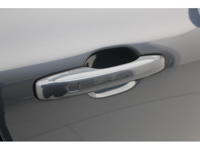 太く頑丈なドアノブは、事故時にドアを引っ張り開ける時にも十分な強度をもっています。スマートキーレスでドアノブを握るだけで開錠します。