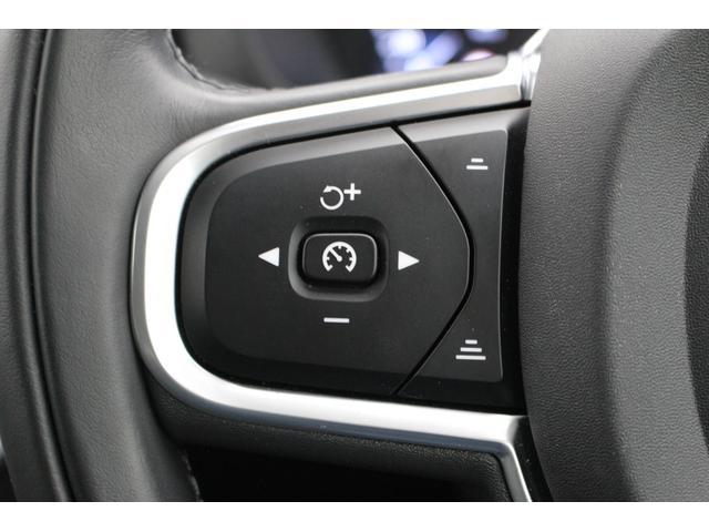 ステアリング左のスイッチは、アダプティブクルーズコントロール関係のスイッチがまとめられています。前方車両がいる時は、設定速度から停止まで行います。パイロットアシストを利用すると車線をキープします。