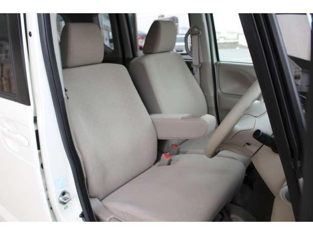 充分な広さを確保した、快適な前席!特に足元の広さをおわかり頂けますか?インテリアカラーも落ち着いたお色です♪アームレストも付いて、リラックスした姿勢で運転していただけます♪