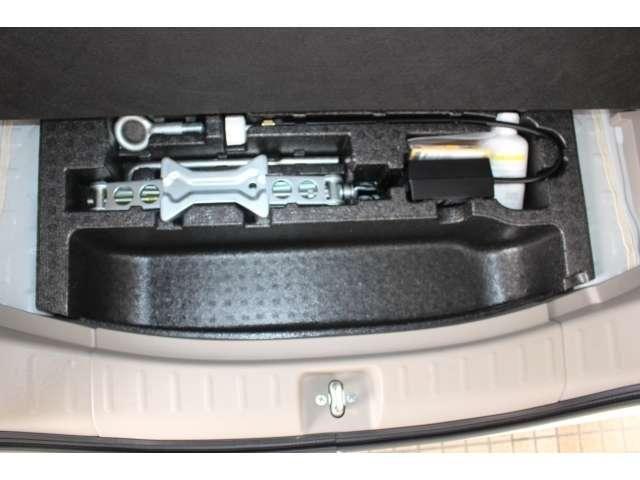 ラゲッジボード下にはパンク修理キットは収められています。