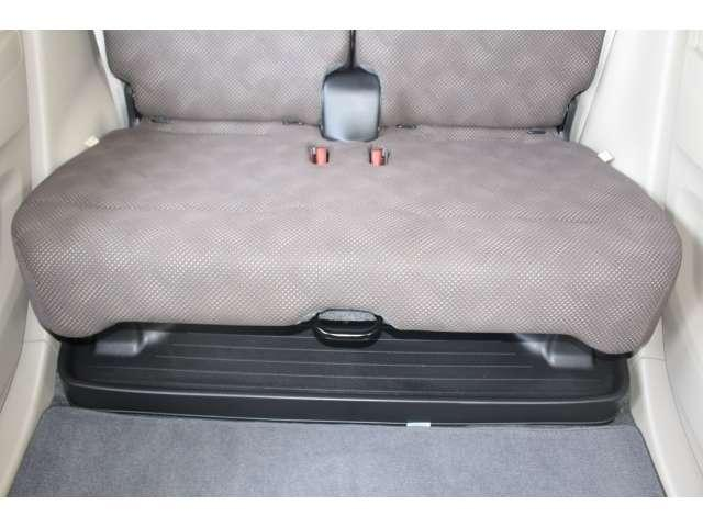 長い傘も、置き靴もシートの下にすっきりと収納できるリアシートアンダートレイは便利ですね♪