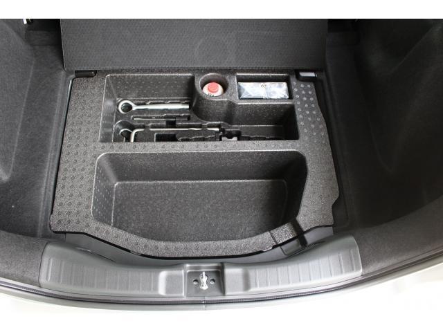 トランク下部にはパンク修理キットが収められています。