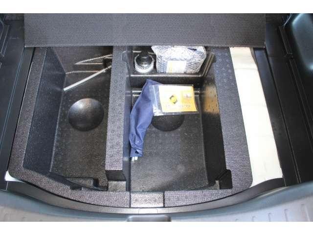 ラゲッジボード下には収納ボックスとパンク修理キットが収められています。