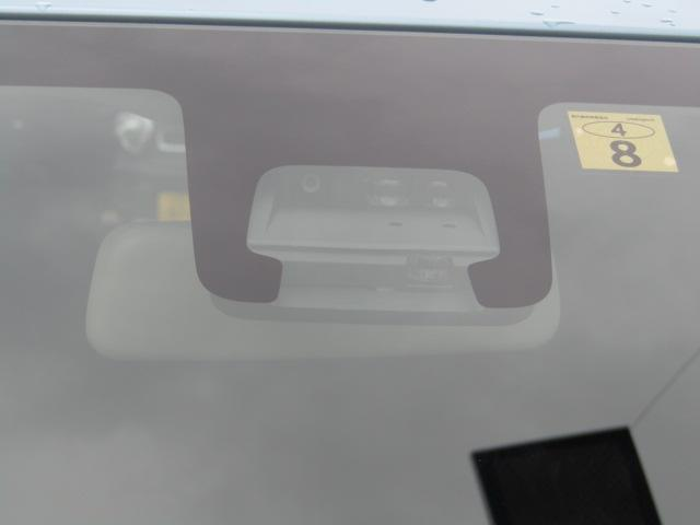 デュアルセンサーブレーキサポート(DSBS)フロントガラス上部にあるセンサー部分です。単眼カメラとレーザーレーダーで車輛前方の状況を感知し各種制御を行います。