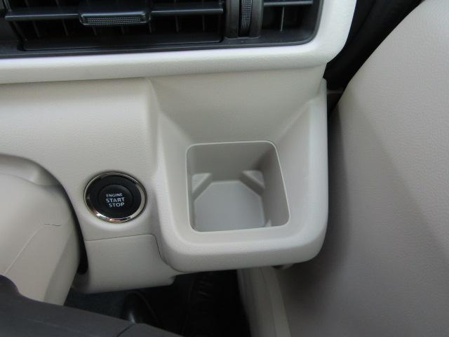 運転席には飲み物を収納するスペースがあります!