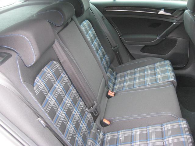 背もたれの角度が大きいので後部座席の方も楽です。