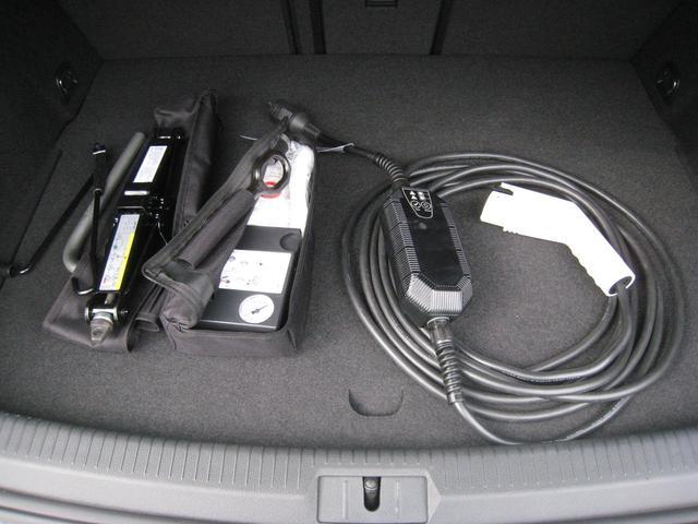 車載工具一式です。ジャッキ。パンク修理キット、空気入れ、充電カプラー