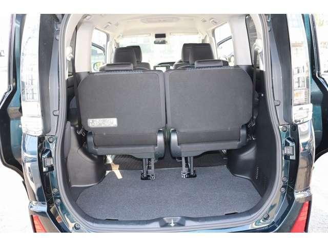3列目シート下のレバーを引くだけで、シートが自動的にバンっと跳ね上がります。シートの脚も自動的に折り畳まれるので、跳ね上がったシートを窓側に押し付けながらストラップで固定するだけ。
