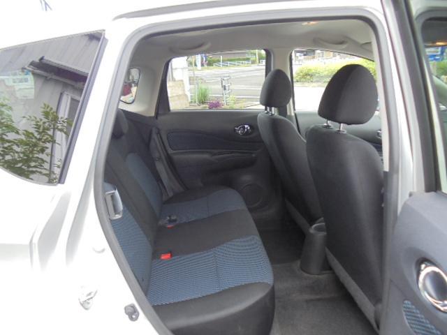後部座席はワンタッチで倒せて大き目の荷物も積めます。