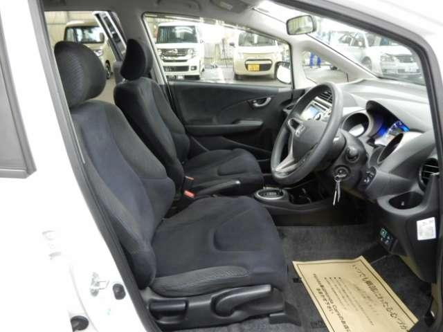 フィット感のあるシート。身体をしっかりと支えてくれるので、長時間の運転を快適にサポートしてくれます。