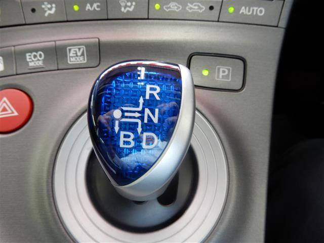 電動格納ミラーです!運転席から座ったままサイドミラーの角度を調節することができますので楽チンです♪駐車場で駐車したときにサイドミラーをボタン一つで格納できます!