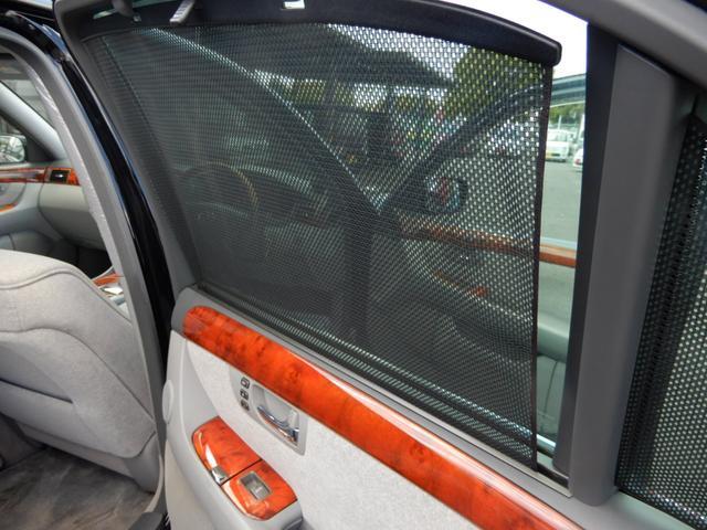 後部座席の左右にはサンシェードがあり、直射日光からの日差し防止になります!