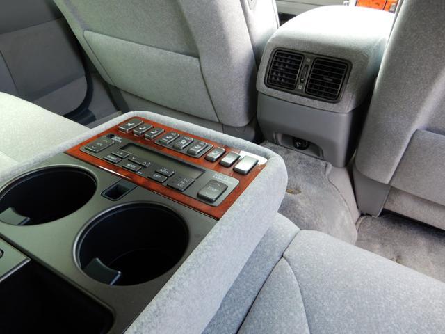 後部座席にはエアコン操作スイッチがあり後ろの方も快適に過ごせます!