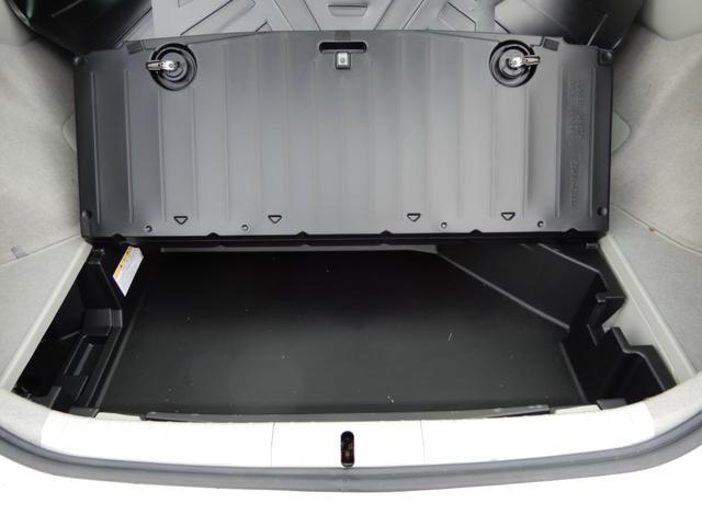ラゲッジ下には収納スペースが有るので、靴など汚れるものや、洗車道具、メンテナンス用品など収納しておくのにちょうどよさそうです!