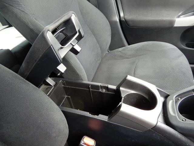 運転席のアームレスト下にも収納が有ります!スペースを有効活用されていてとても良いデザインです1
