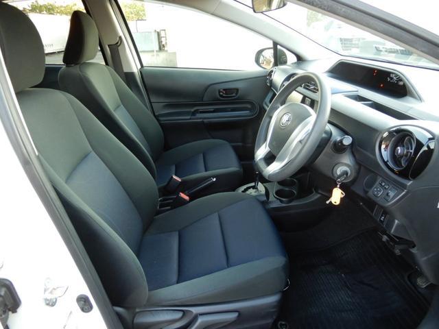 運転席は足元ユッタリ!!空間に余裕があると思いやりのある運転ができますよね♪ブラックとブルーのコンビシートもオシャレです!!