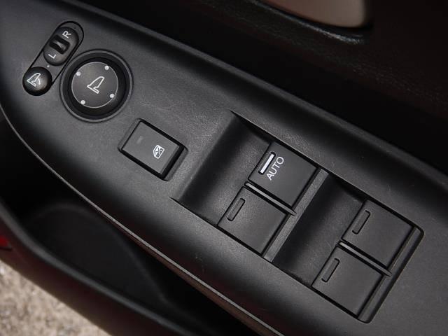 駐車時に便利な電動格納ウィンカーミラーとパワーウィンドーの操作パネルです♪