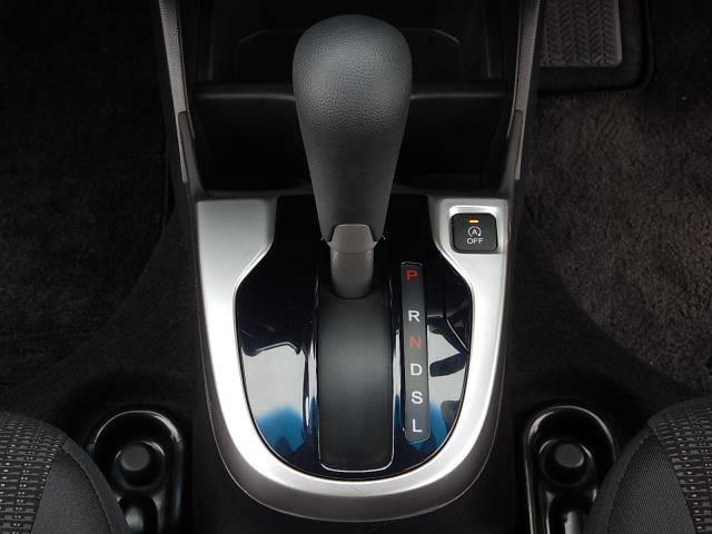 フロアタイプのシフトレバーです♪トランスミッションは燃費性能に優れたCVTですよ♪右上にはアイドリングストップのOFFスイッチが付いています♪
