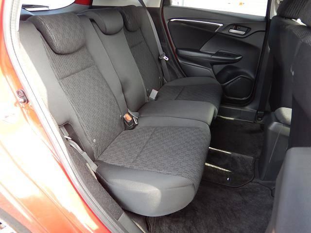【運転席側・後部座席全景】ゆったり座れる後部座席です♪
