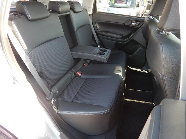 【運転席側・後部座席全景】ゆったり座れる後部座席です♪中央の背もたれを倒すとカップホルダー付アームレストになります♪