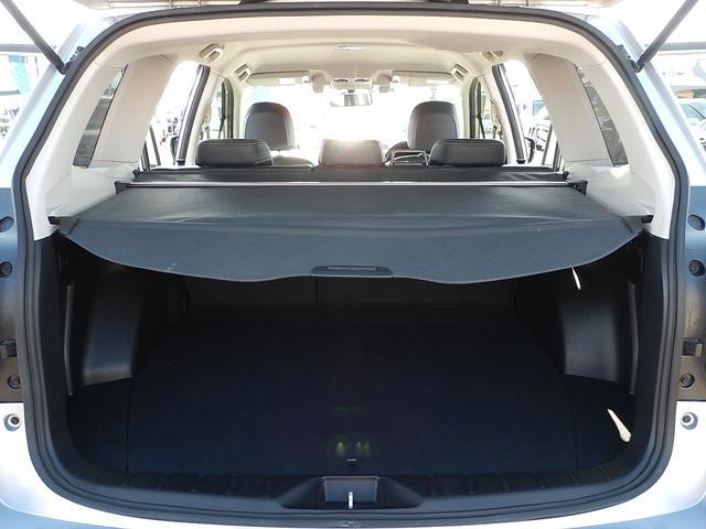 外から荷室を覗かれない巻取り式のトノカバー付♪後部座席は便利な分割可倒式(6:4)です♪