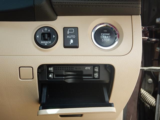 駐車時に便利な電動格納ウィンカーミラー操作パネルと鍵の抜き差しが要らない便利なプッシュスタート♪下には見た目スッキリなビルトインETCが付いています♪