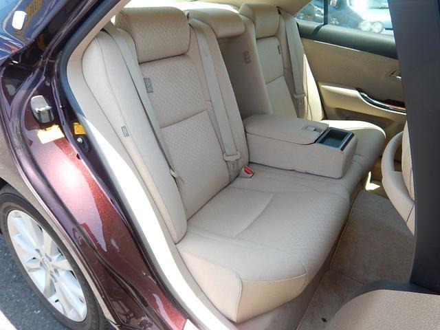 【運転席側・後部座席全景】後部座席もゆったり座れます♪中央の背もたれは倒す事でカップホルダー付のアームレストになります♪