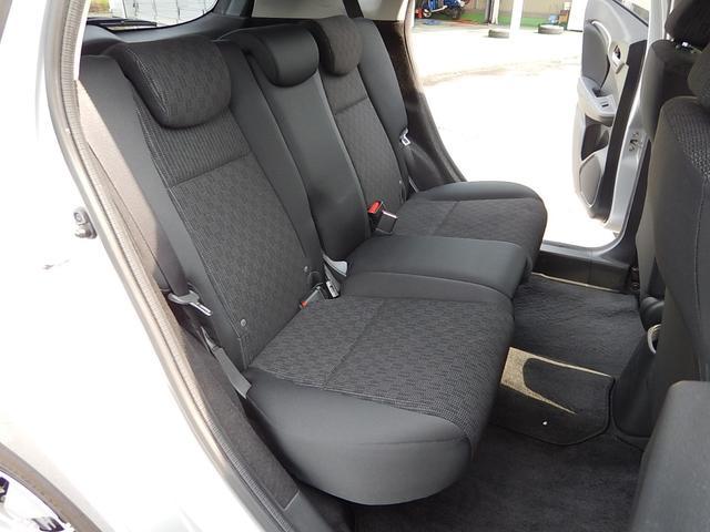 【運転席側・後部座席全景】ゆったり座れる後部座席です♪座面を持ち上げる事ができるので後部座席スペースを荷室にする事もできますよ♪