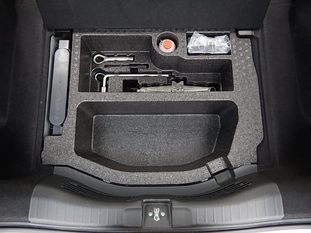 荷室下には純正工具とタイヤパンク時の応急キットが付いています。