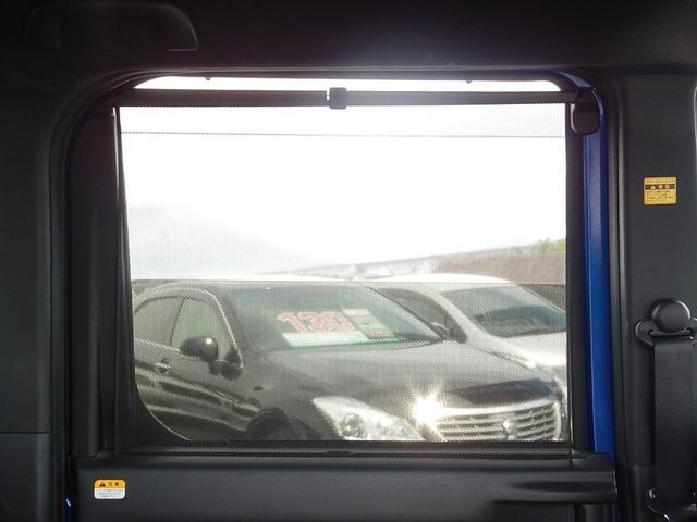 後部座席の窓には窓を開けた状態いで日除けのできるロールサンシェードが付いています♪