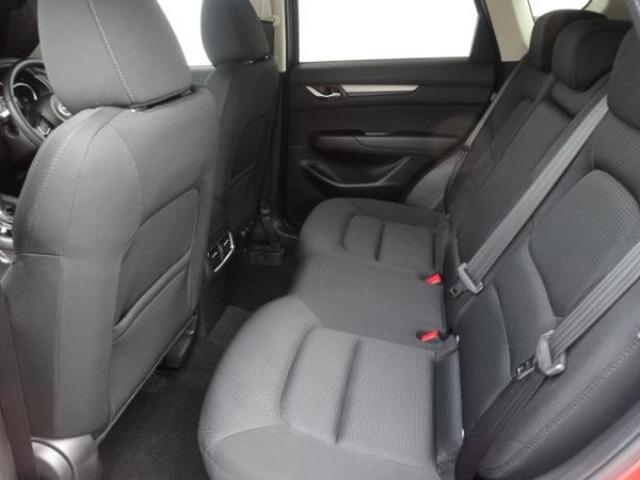 リアシートはシートの傾き角度を先代モデルから2度拡大。またシートバックを倒せるリクライニング機構を採用しています。センターアームレストには、充電用USB端子もついております。