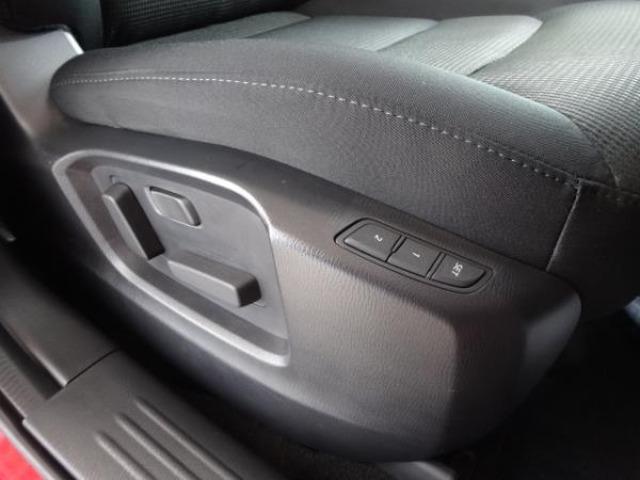 運転席はメモリー機能付10Wayパワーシートを採用。運転席・助手席・後席すべてにシートヒーター機能もついていますので寒冷時にも快適に運転・乗車できます。