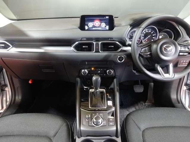 ドライバーを中心に操作機器や計器類を左右対称に配置。ドアトリムの加飾も水平基調の造形としたことで、ドライバーが運転に集中でき、ダイナミックな広がり感のある空間を実現しております。