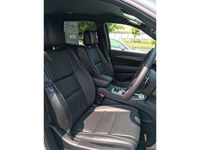 アップライトに着座するシートは、操作に力もはいりやすく、車両感覚も掴みやすいと好評です。