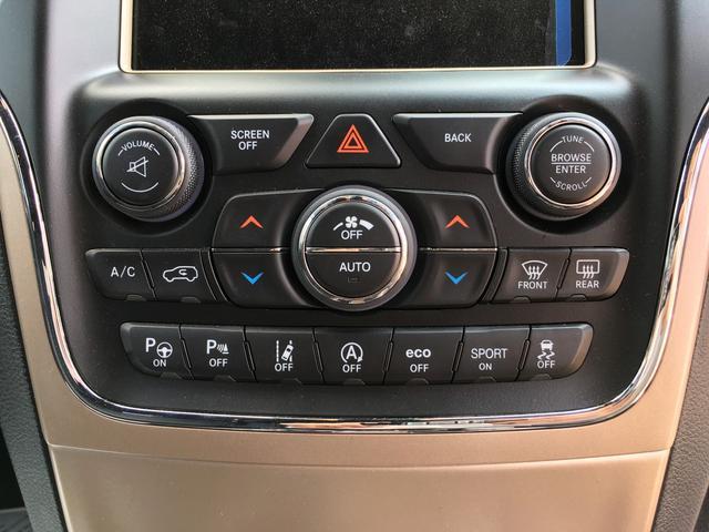 タッチパネルタイプのオートエアコン。使用頻度の高い風量調整はダイヤル式でとても扱いやすい快適空調です。