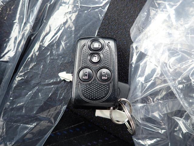 スマートキーは鍵をポケットに入れたまま、ボタンを指でタッチするだけで、ドアの開け閉めが出来とっても便利です!