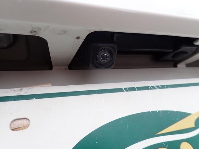 バックカメラ付で目視とあわせてモニター確認しながら後進できます!