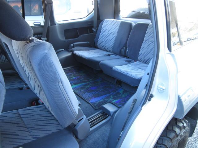 プラドは本格派4WD車としては珍しく3列シート・8人乗り可能です。また2列目&3列目は共に倒すとフラット状態のベッド仕様にもできます♪いろいろ使い勝手が広がる素敵な車です♪