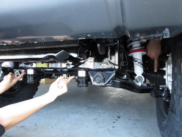 四駆マニアにはわかるこの画像(笑)リフトUP車にも関わらず、このドライブシャフトの水平な角度を見て下さい!これにより前足も故障無になります♪シャフト角の適正化で駆動抵抗が軽減し燃費性能もバッチリです☆