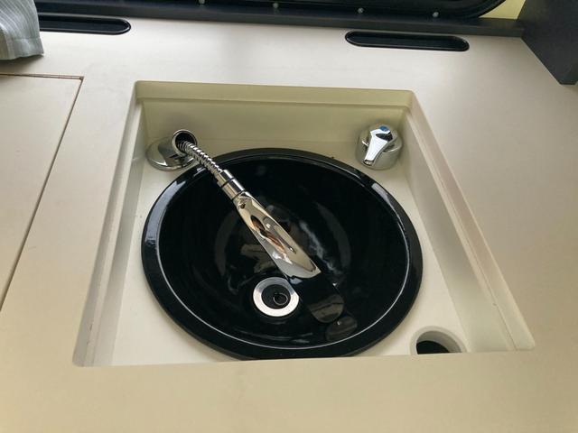 SロングDX GLパッケージ 家庭用エアコン 冷蔵庫 シンク SDナビ フルセグ バックカメラ ETC リア常設Wベッド 対座テーブルベッド エクステイションBOX キャンバー鹿児島社Rem べバストFFヒーター(26枚目)